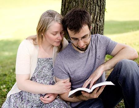 Đọc sách cho vợ bầu nghe