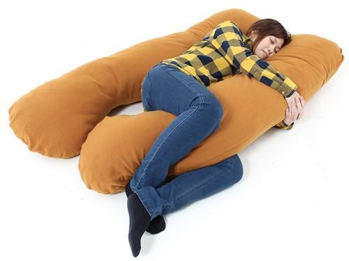 Các bạn trẻ thoải mái ôm gối chữ U để ngủ